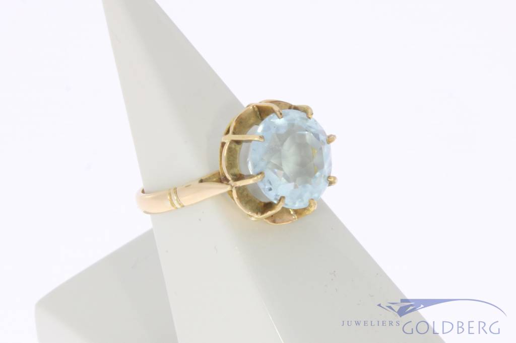 Vintage 18 carat gold ring with facet cut topaz