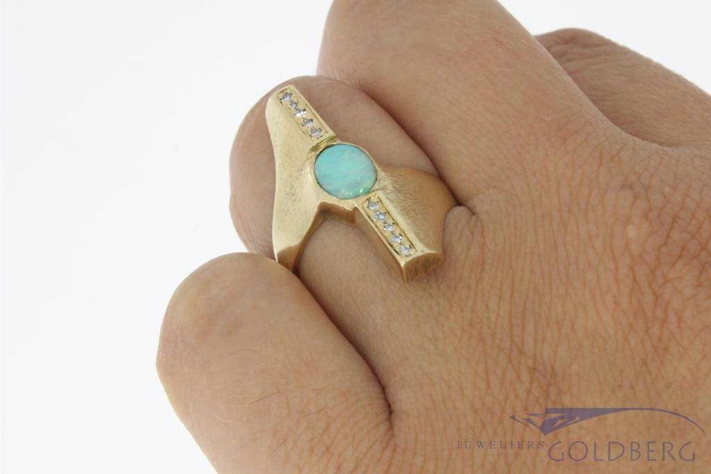 Robust vintage 14 carat gold ring with opal and diamond