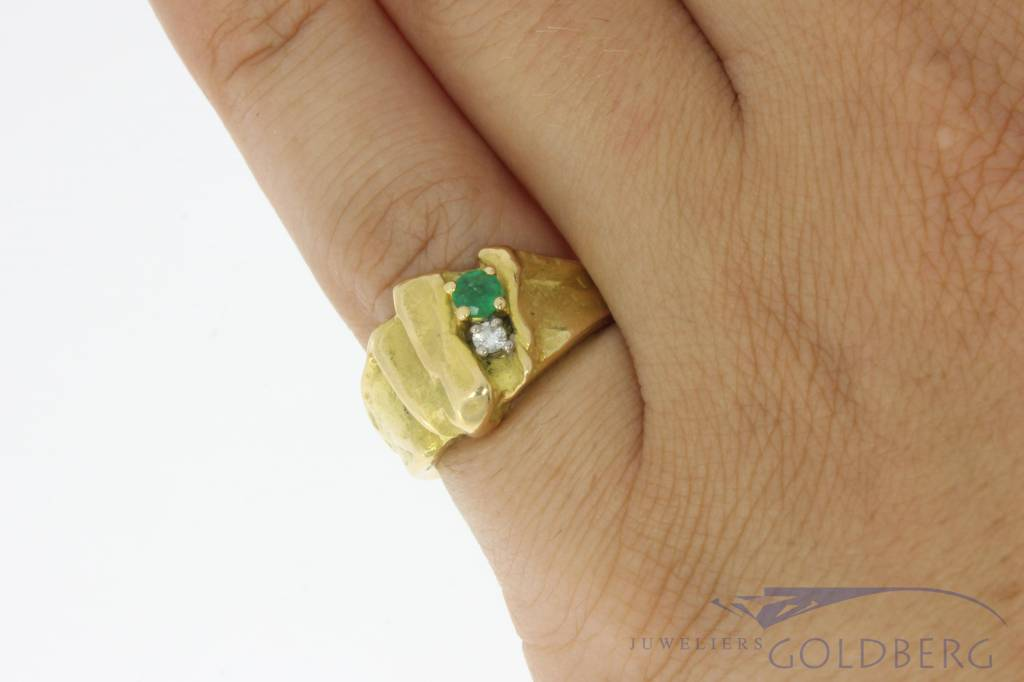 Robust vintage 18 carat gold design ring with emerald and approx. 0.04ct brilliant cut diamond