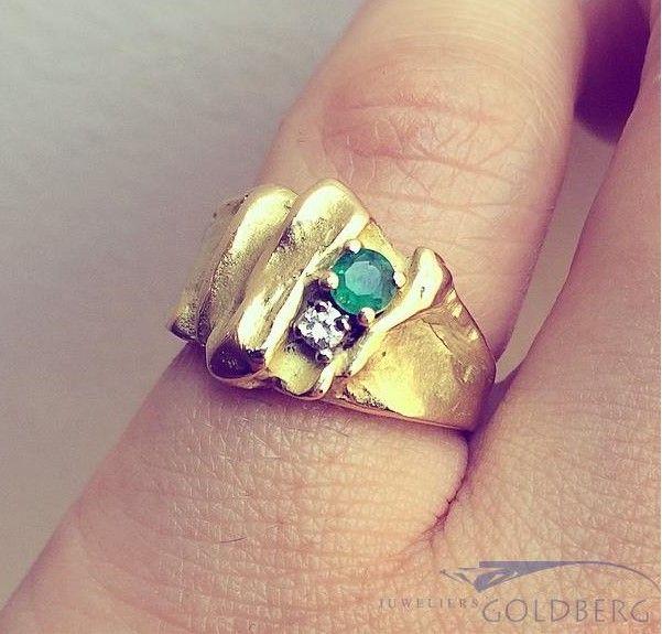 Robuuste vintage 18k gouden design ring met smaragd en ca. 0.04ct briljant geslepen diamant