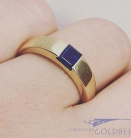 Sleek vintage 14 carat gold unisex ring with blue sapphire