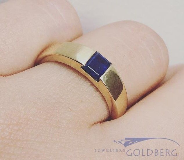 Sleek vintage 14 carat gold unisex ring with blue sapphire