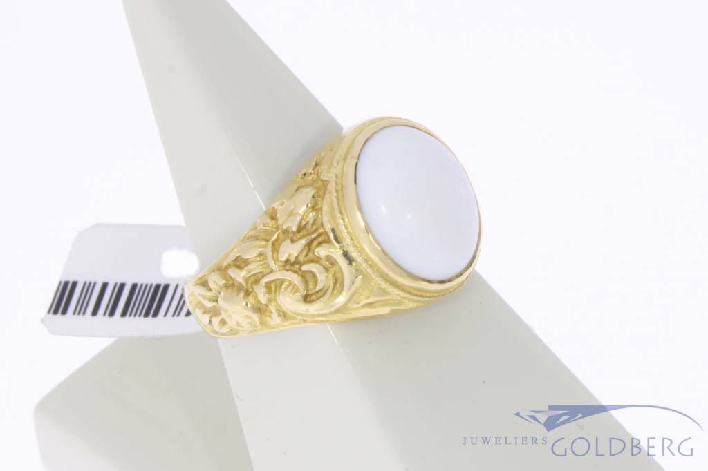 Robust vintage 18 carat gold unisex ring with white onyx