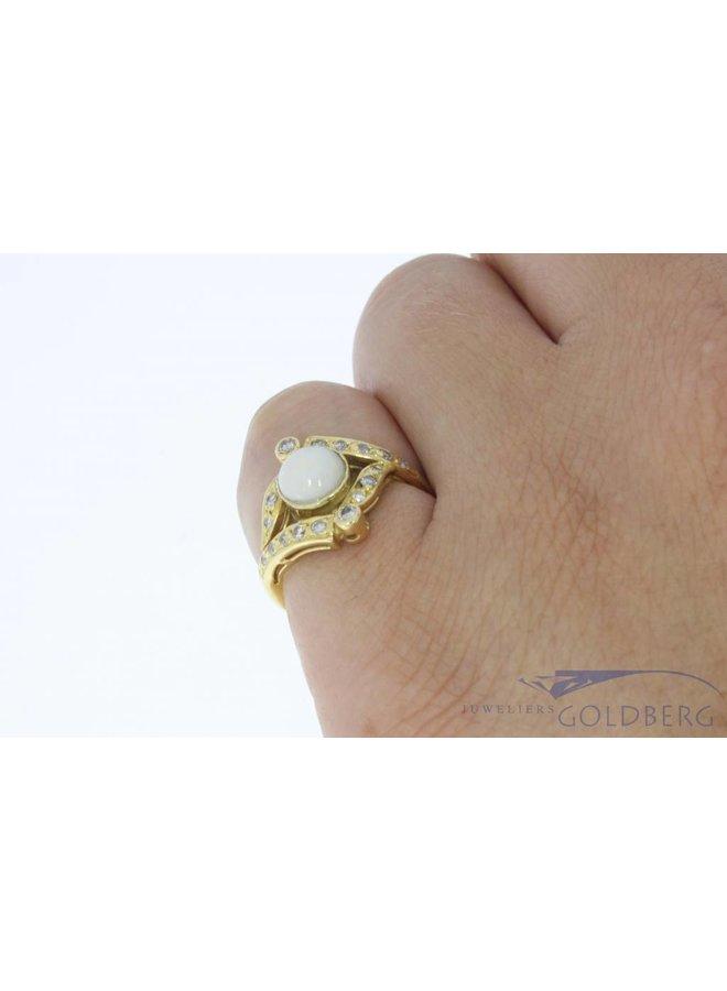 Vintage 18k gouden ring met opaal en ca. 0.20ct diamant