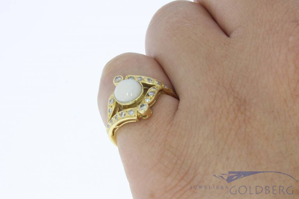 Vintage 18 carat gold ring with opal and approx. 0.20ct diamond