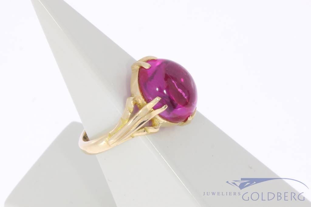 Vintage 18 carat gold ring with synthetic spinel
