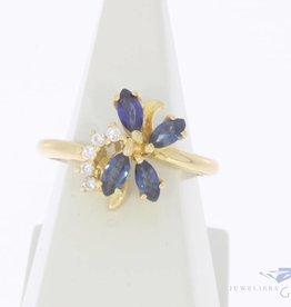 Vintage 18k gouden bloemvormige ring met blauwe saffier en ca. 0.10ct briljant geslepen diamant