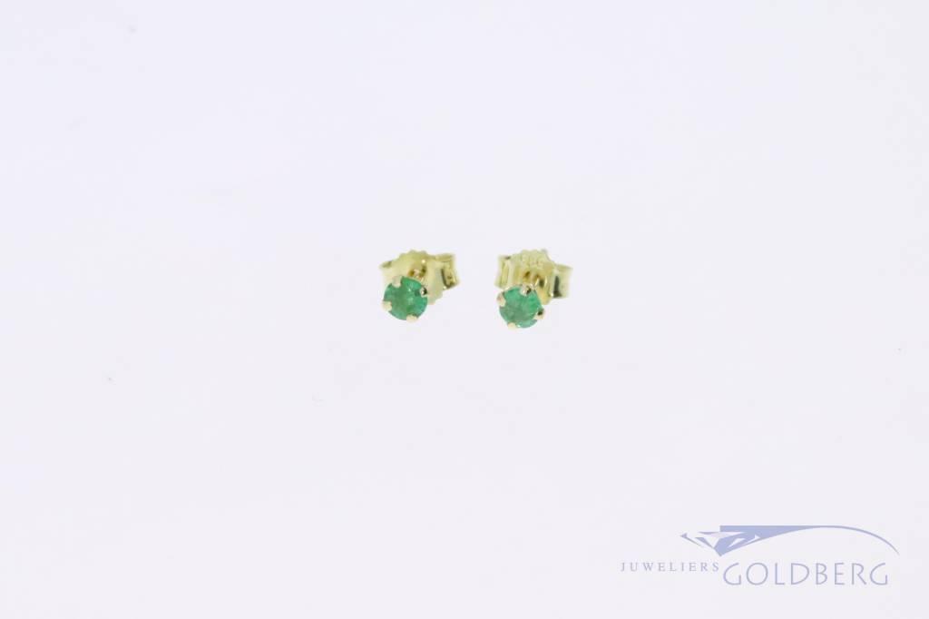 Kleine 14k gouden oorstekers met smaragd