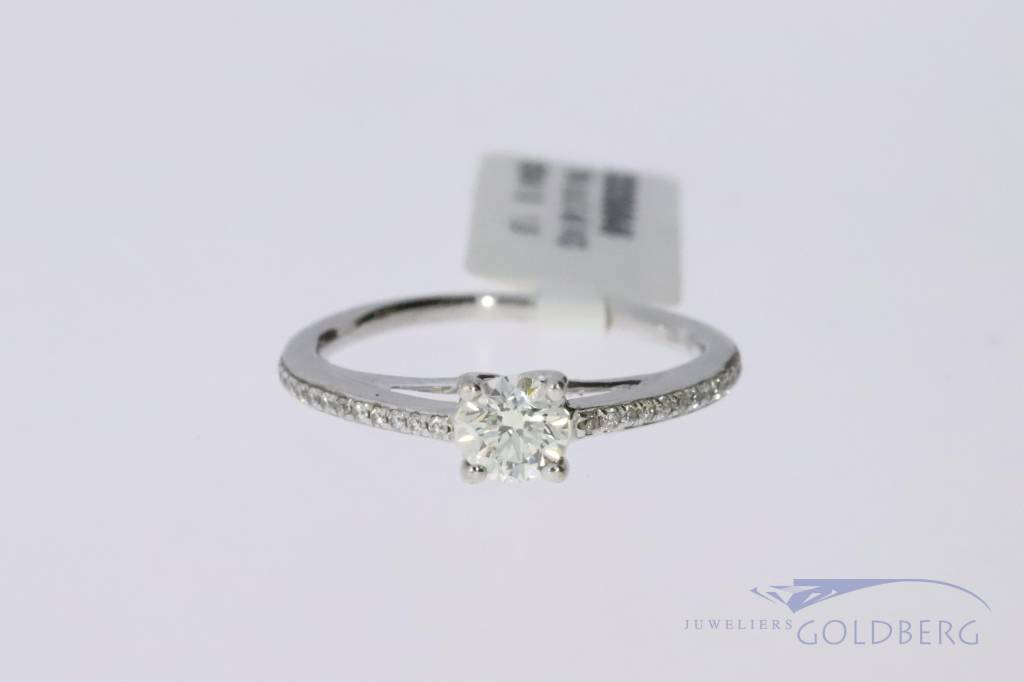 18k white gold engagement ring with a total of 0.48ct of brilliant cut diamond