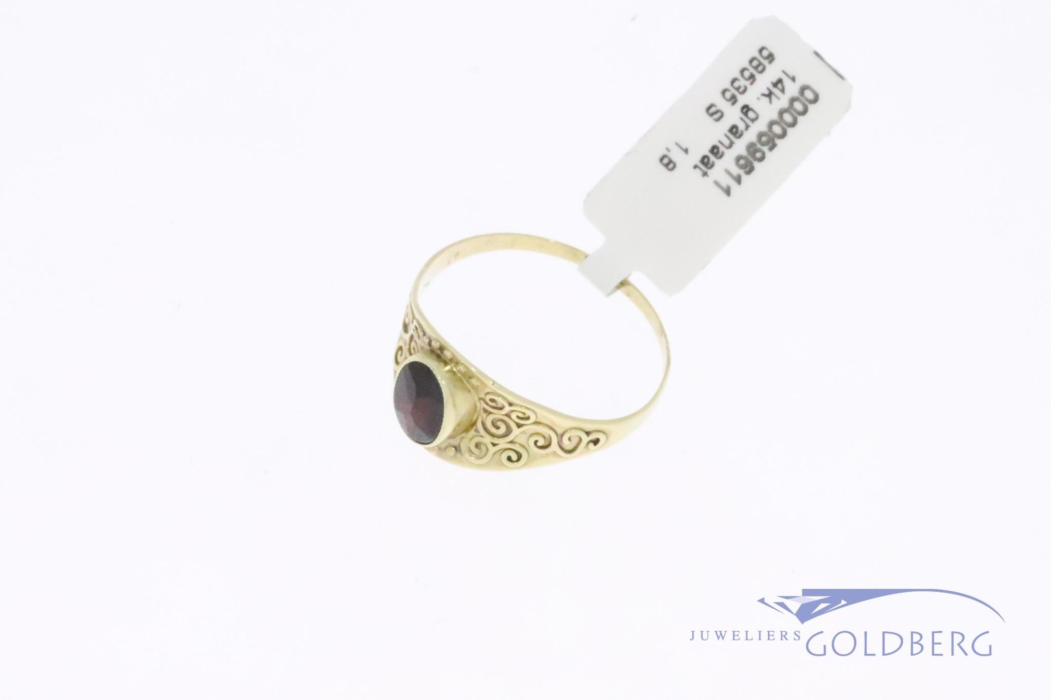 14k gouden dunne bewerkte vintage ring met granaat