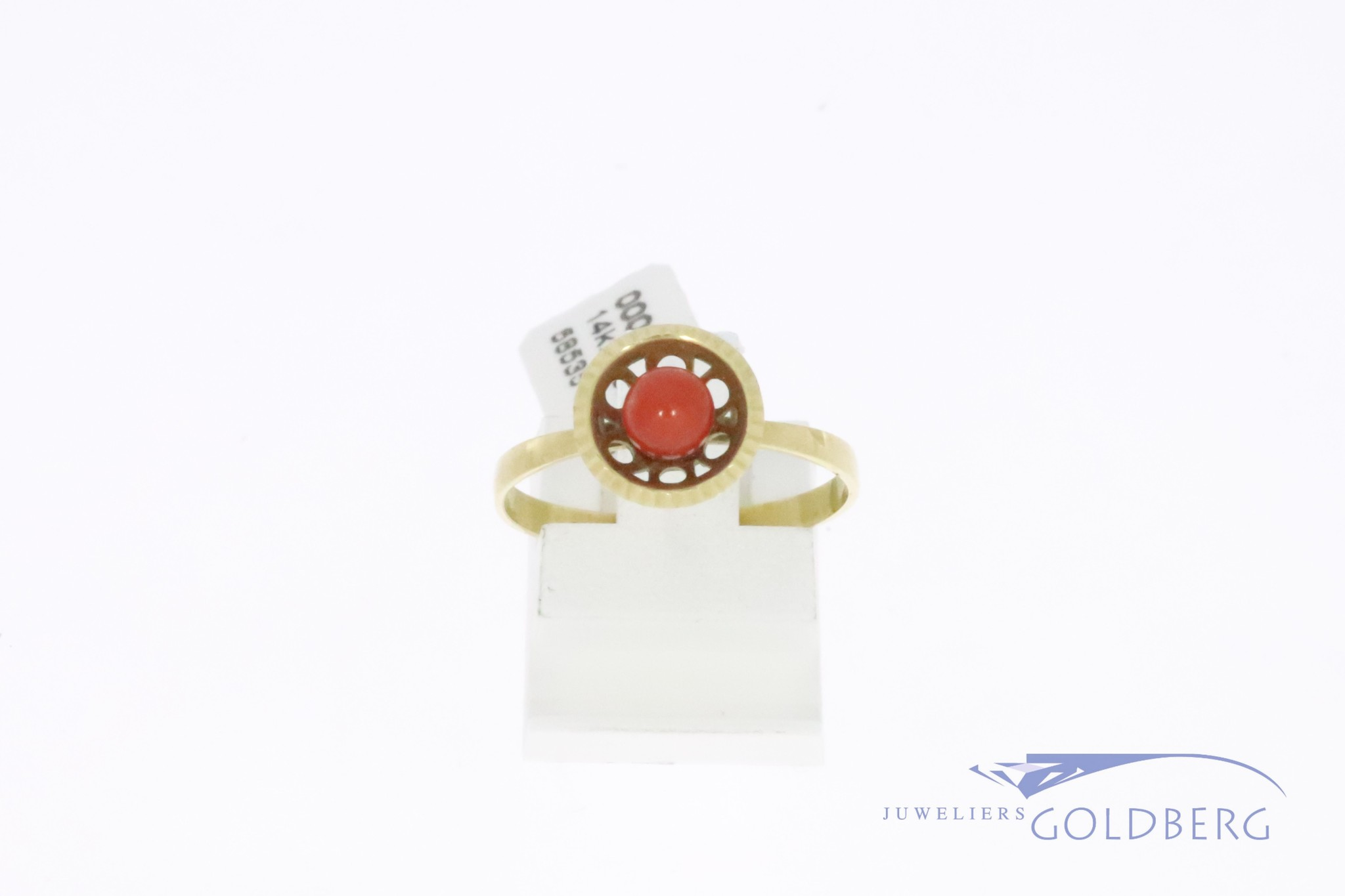 Cute 14k gold vintage ring with precious coral
