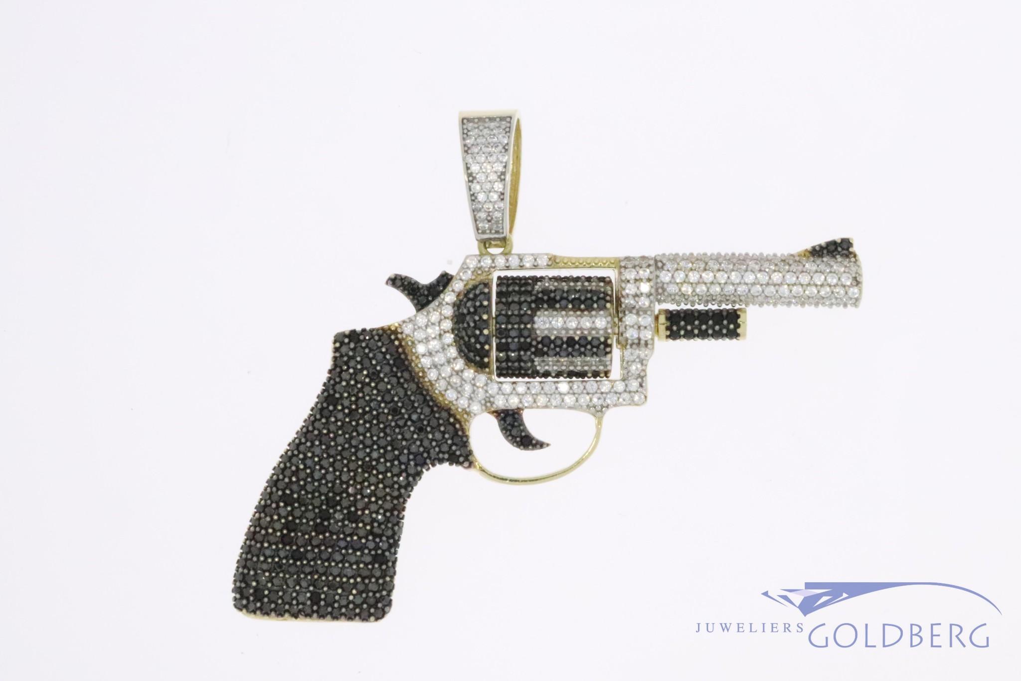Grote 14k gouden revolver hanger met draaibare cilinder en gezet met zirconia's