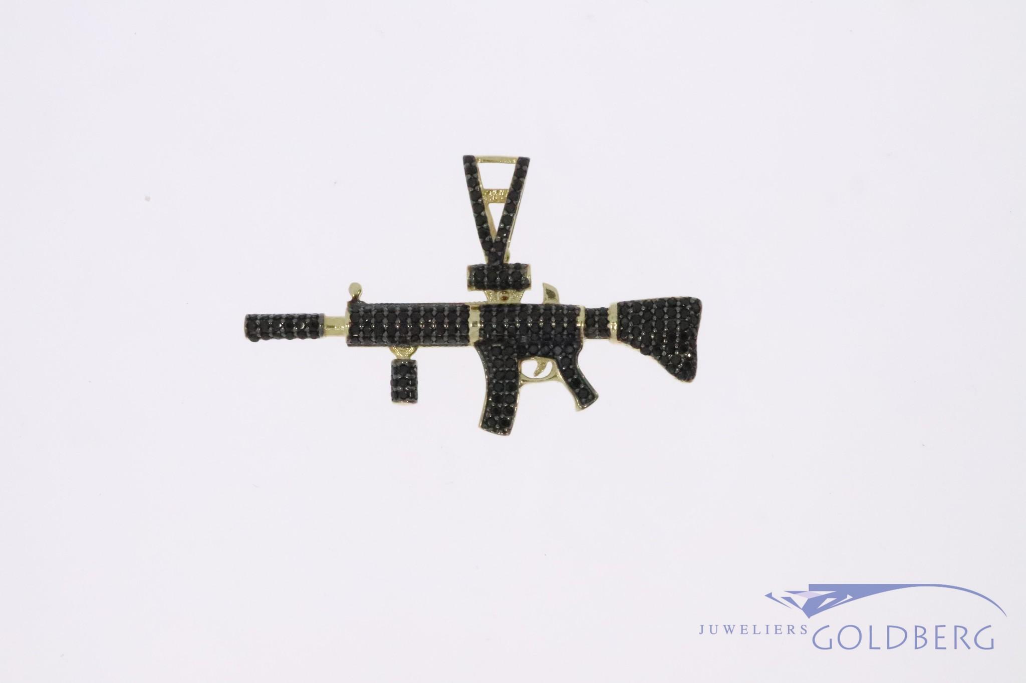 14k gouden gedempt M4 aanvalsgeweer hanger met zwarte zirconia's