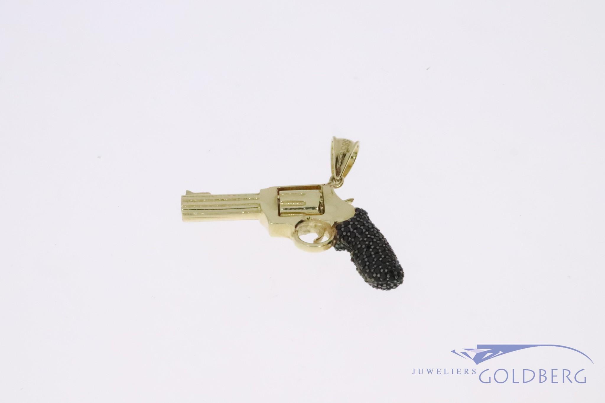 14k gouden revolver hanger met draaiende cylinder en zwarte zirconia's