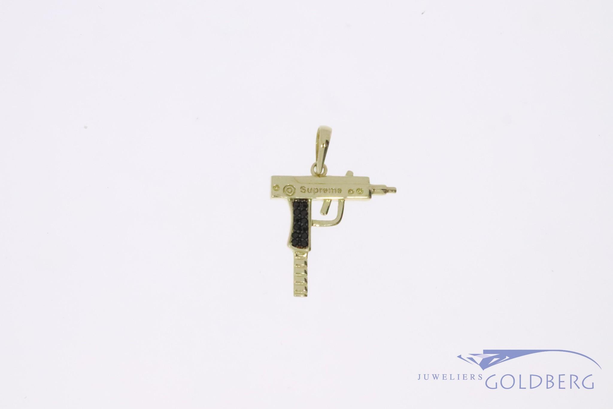 """14k gouden mini """"UZI"""" hanger met zwarte zirconia"""