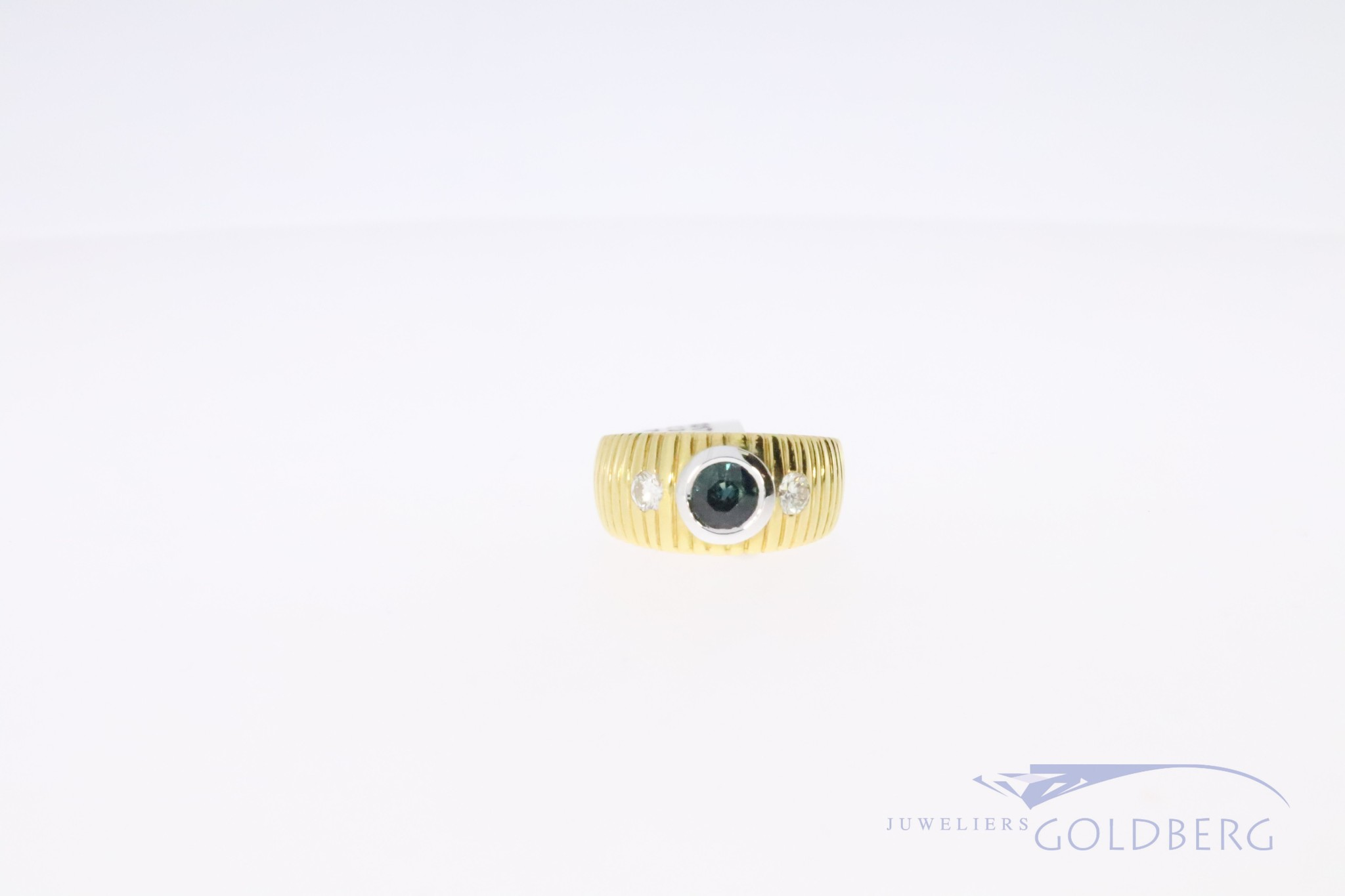 18k ring with briljant cut diamant and blue saphire