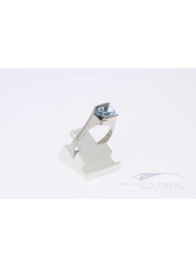 Moderne 14k witgouden ring met blauwe topaas