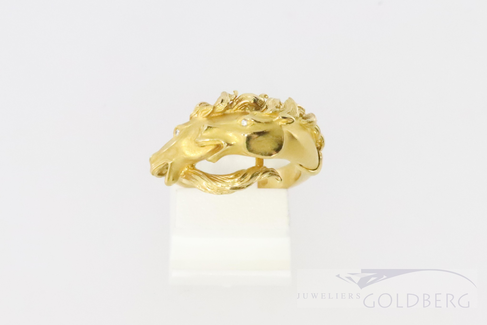 18k gold horsering with diamonds