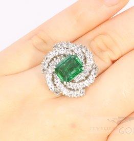 Uitbundige 18k witgouden ring met smaragd en diamant