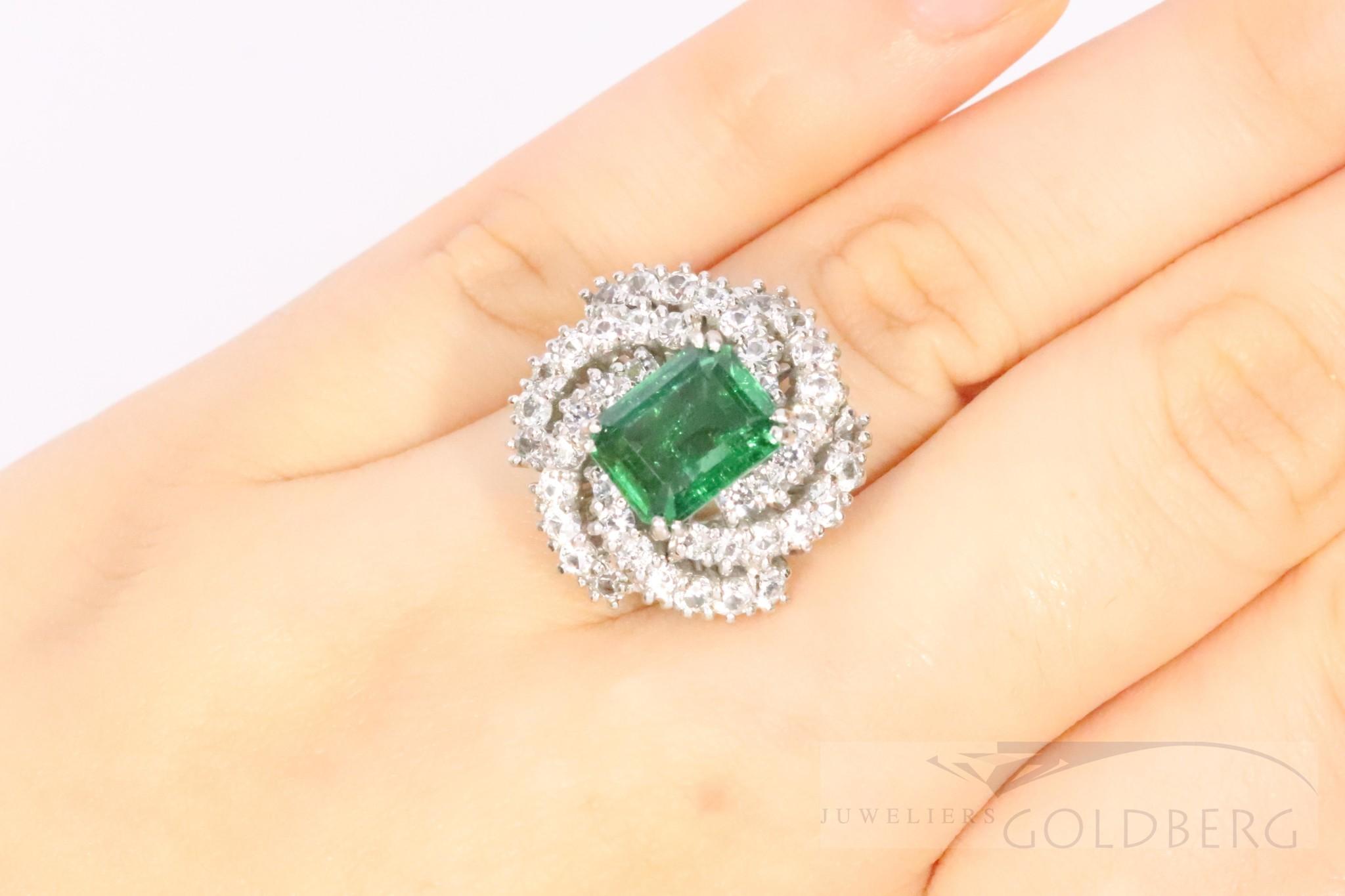 Exuberant 18k whitegold ring with emarald and diamonds