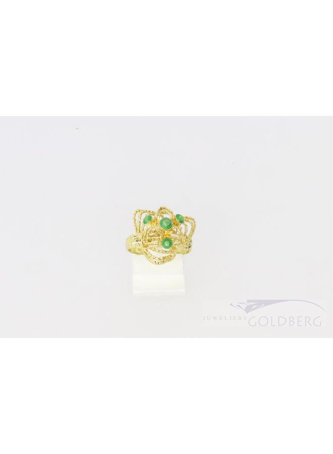 18k filigrain ring met groene emaille bolletjes.