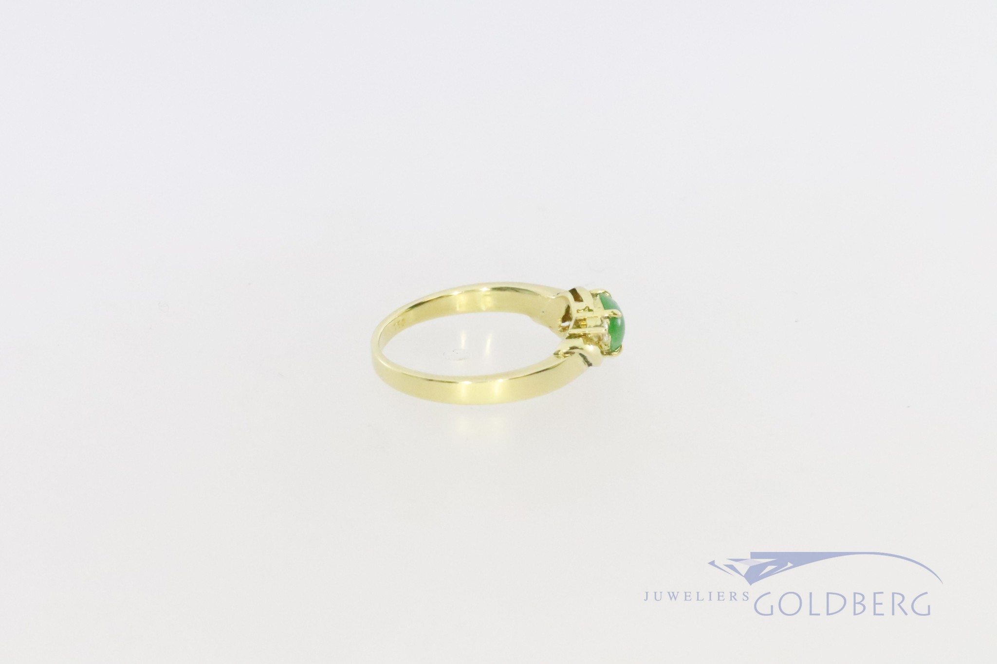 18k ring with chrysoprase and diamond