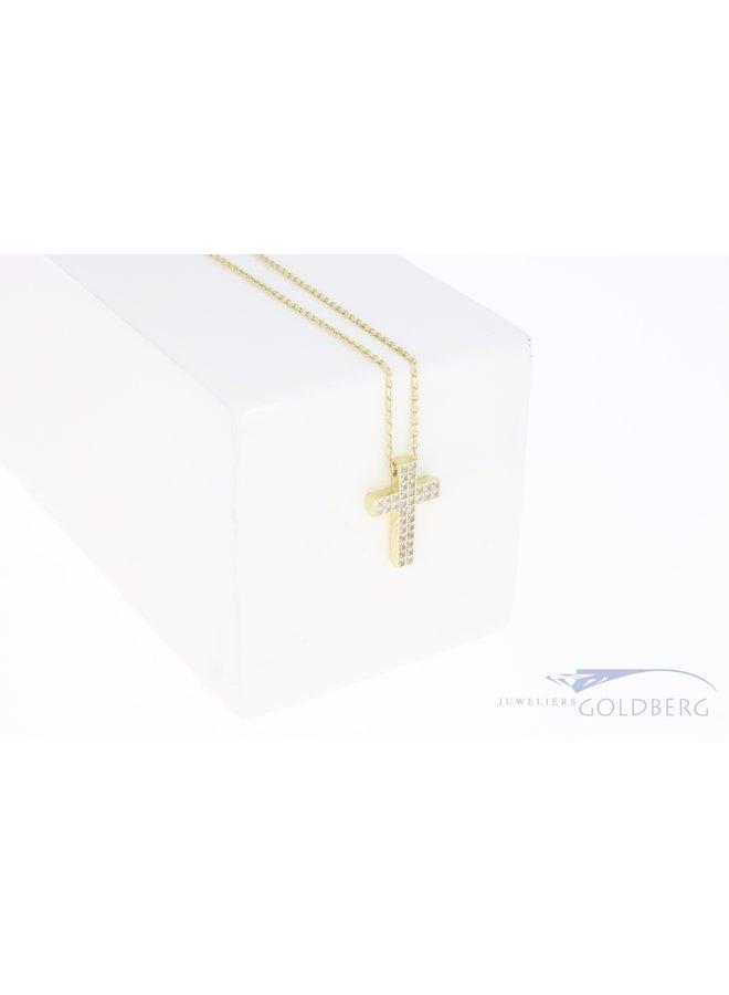 Klein 14k gouden kruisje met dubbele rij zirconia's aan een kettinkje