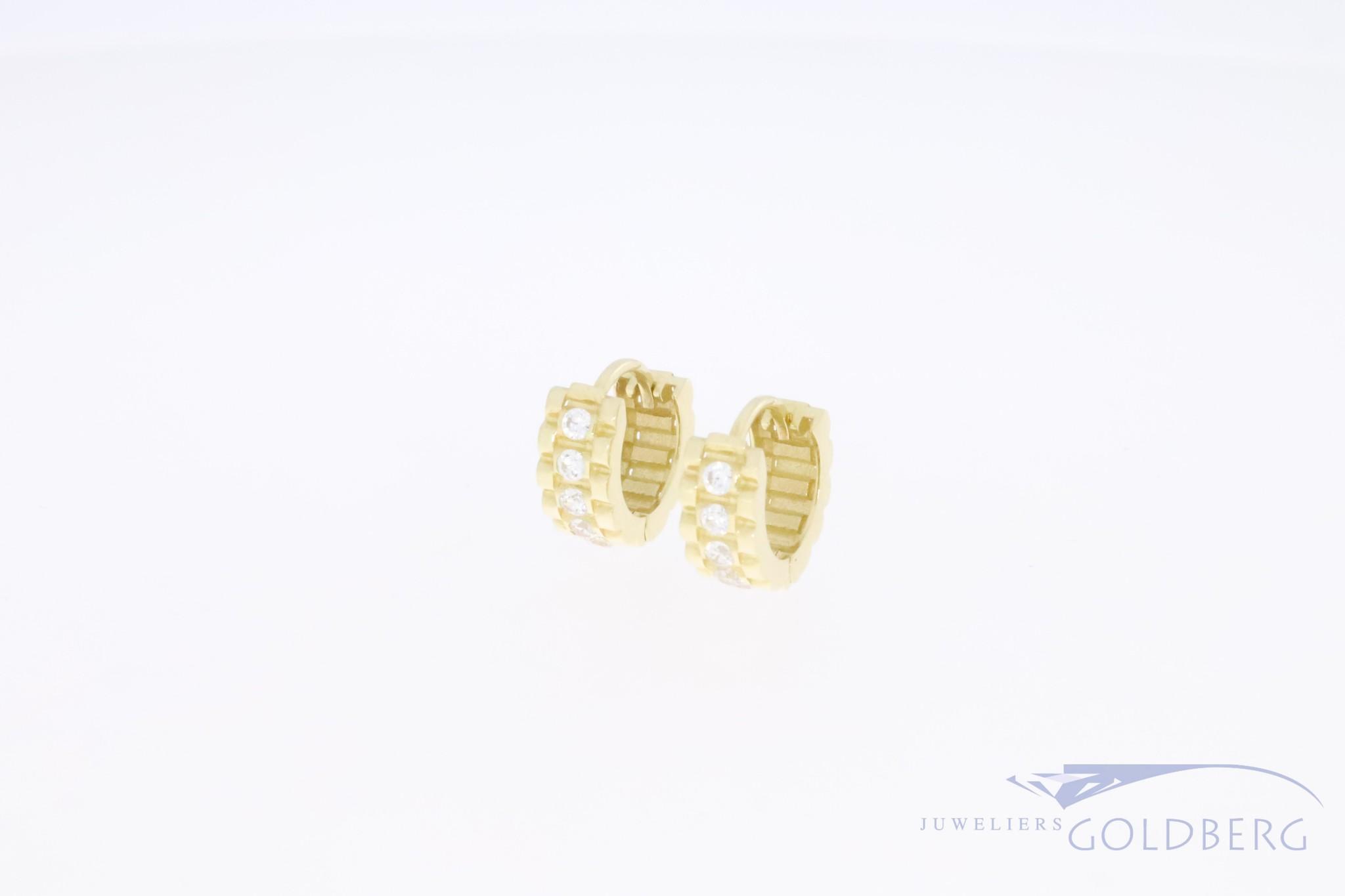 Stevige 14k gouden retro klapcreolen met zirconia's