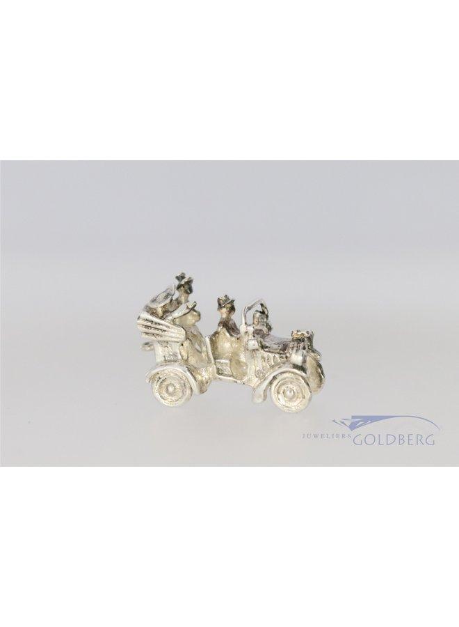 zilveren miniatuur van een auto