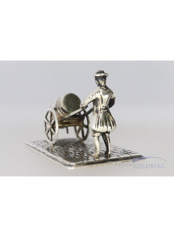 miniatuur van man met ton.