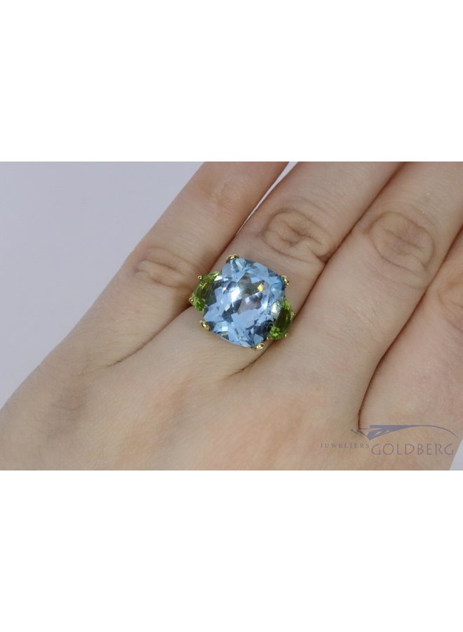 18k ring with aquamarine-colored spinel and peridot