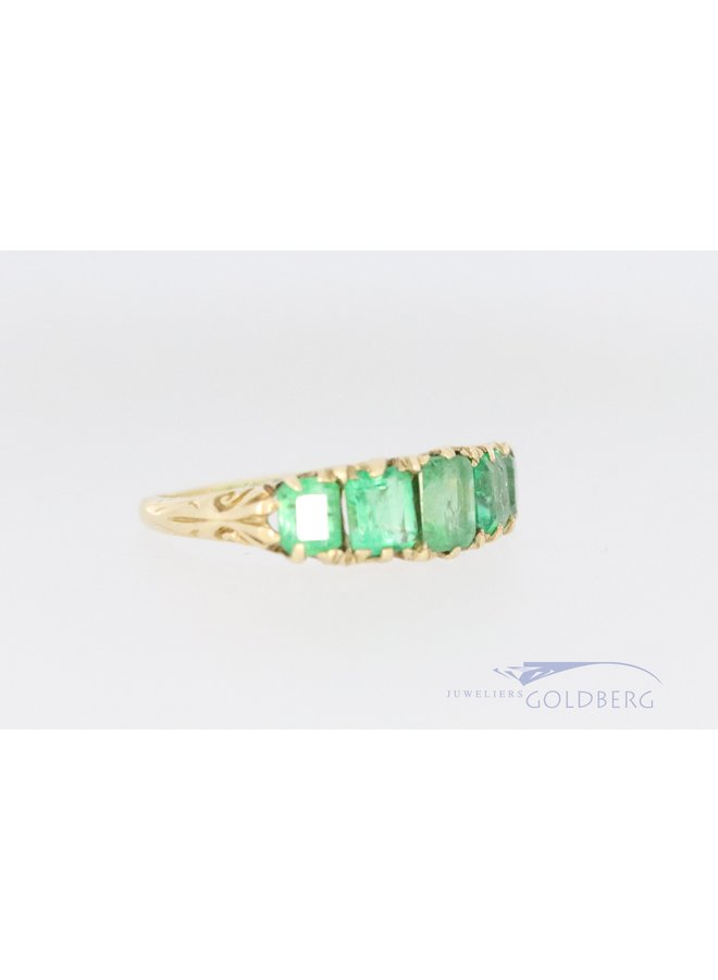 Vintage 18k ring with emerald and hand-engraved decorations