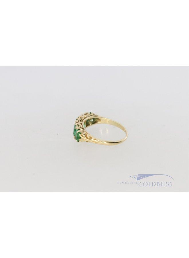 Vintage 18k ring met smaragd en hand gegraveerde versieringen