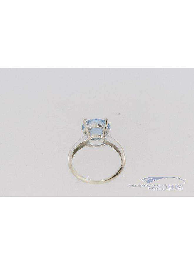 Witgouden ring met aquamarijnkleurige brljantgeslepen spinel.