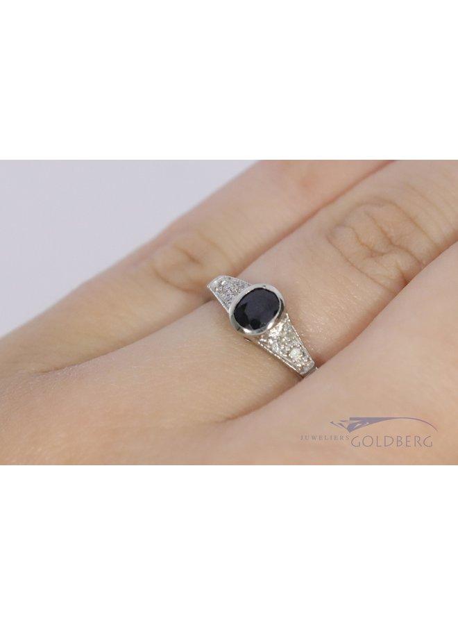 Witgouden klassieke ring met saffier en diamant.