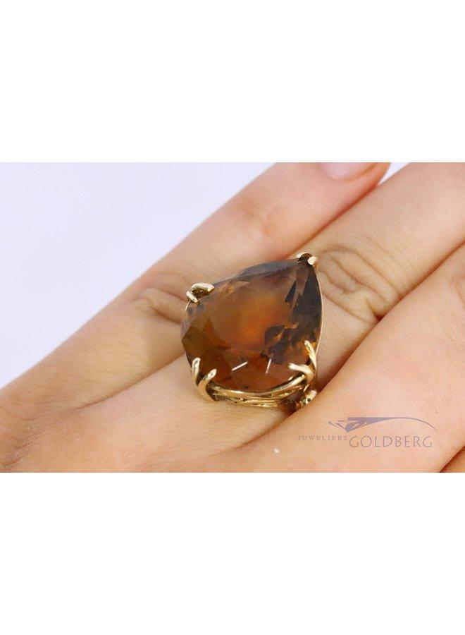 Uitbundige 14k ring met donkere citrien in peervorm