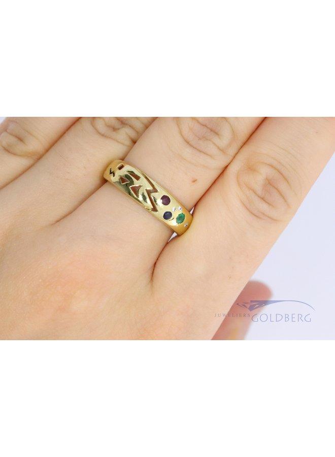 14k fantasiering met saffier, robijn, diamant en smaragd.