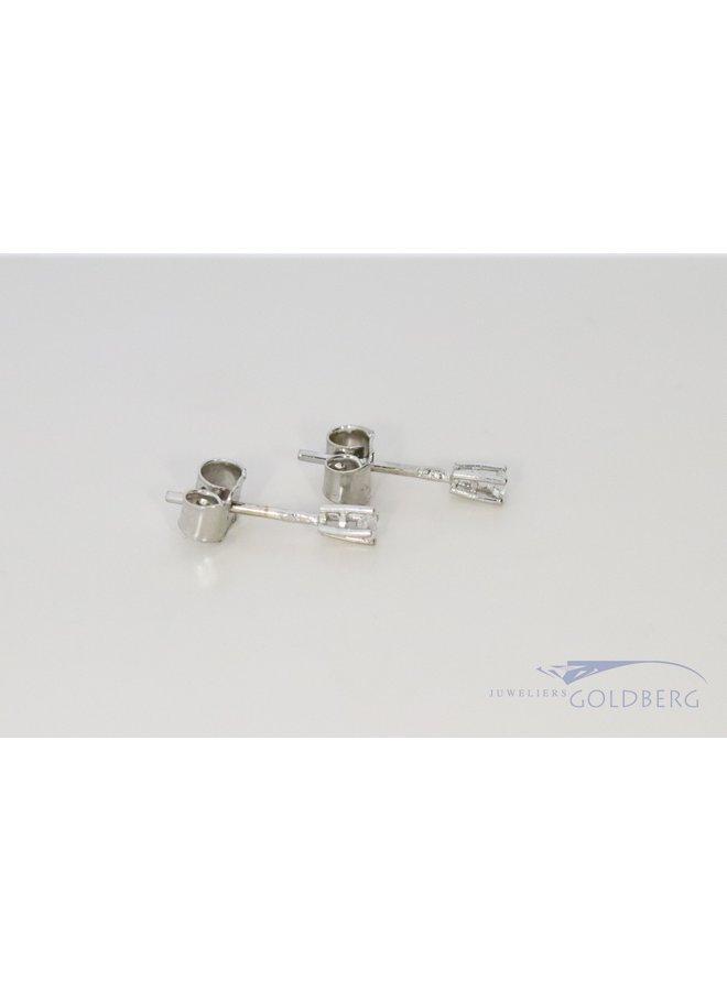 klassieke witgouden oorstekers met diamant ca. 0.05crt.