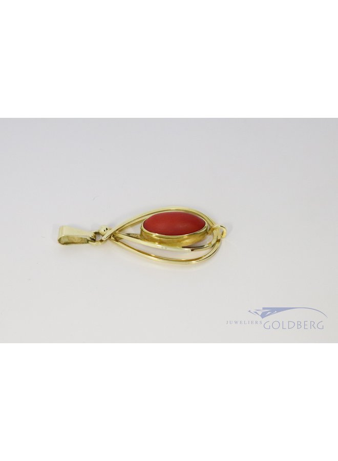 14 kt yellow gold pendant with red coral