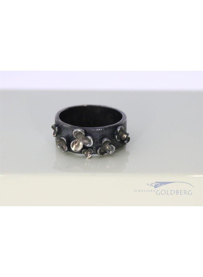 Rabinovich geoxideerde zilveren ring met bloemetjes.
