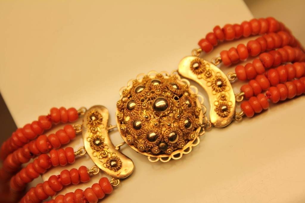 Antique Dutch blood coral necklace with 14 carat gold lock 1853-1906