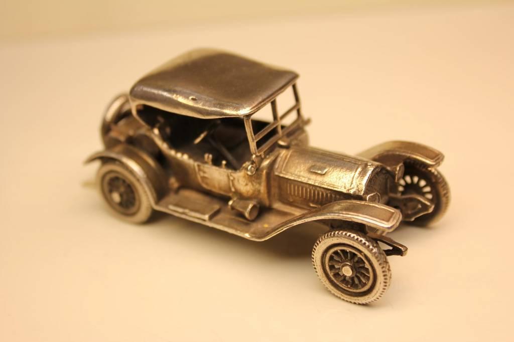 Zilveren miniatuur antieke sportieve auto