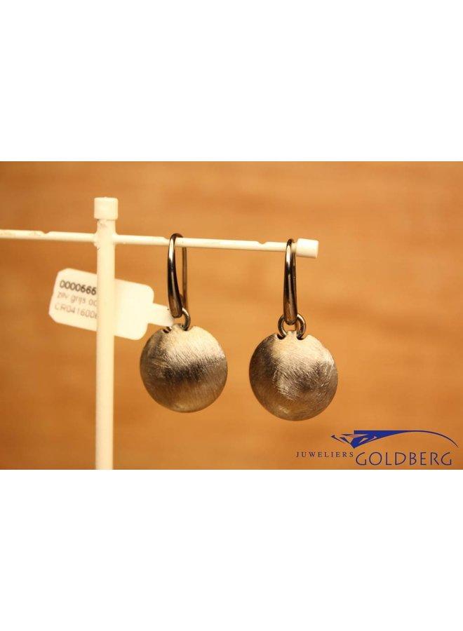 Zilveren kort afhangende oorbellen grijs grof