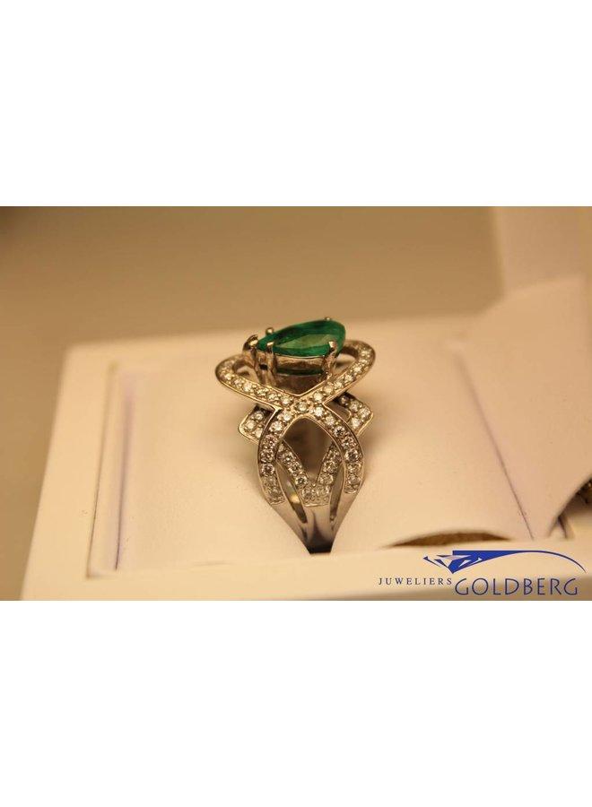 witgouden ring met met 2.30ct smaragd peer en 0.91ct briljant