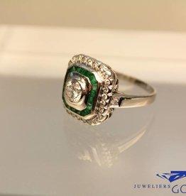 Witgouden ring met 18 smaragden en 1.07ct briljant