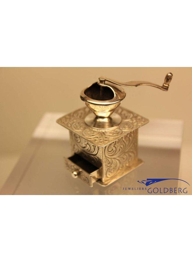 Zilveren miniatuur koffiemolen