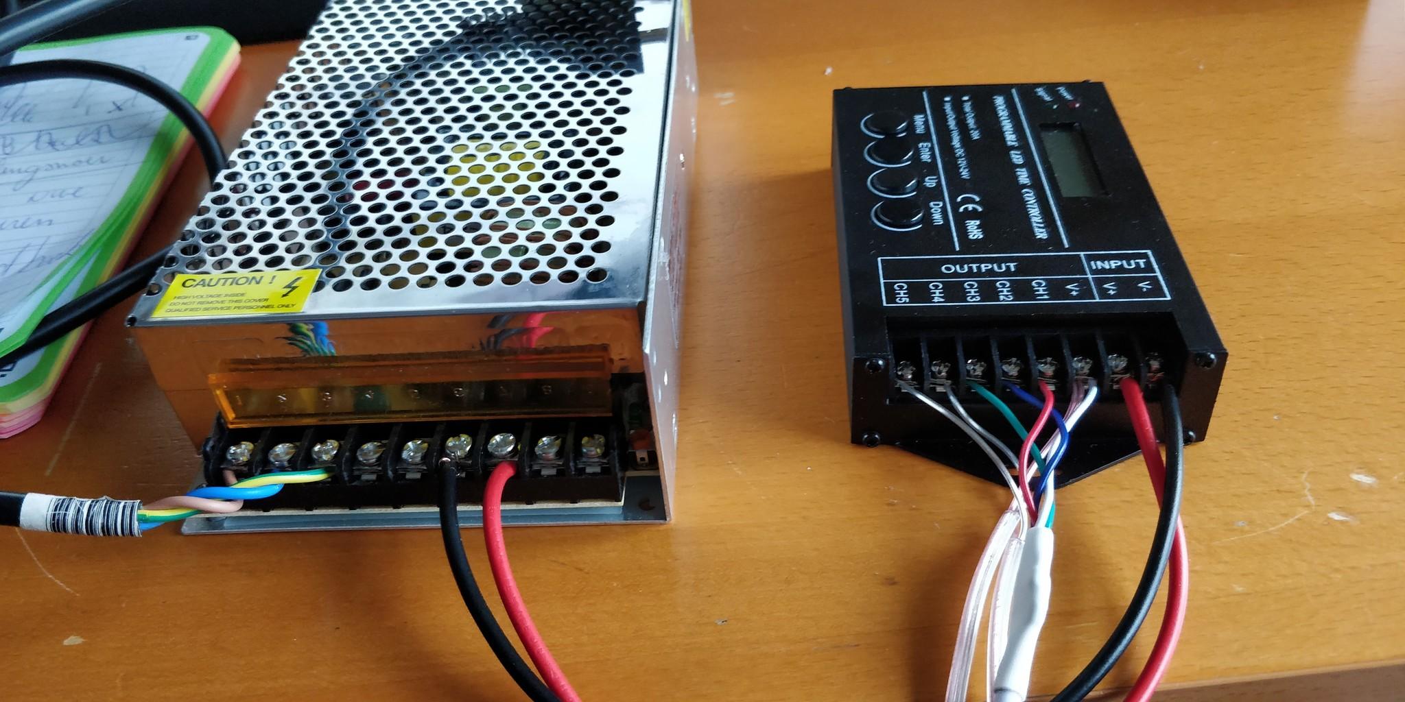 Aansluitschema voor een adapter en een tc420 met gebruik van een RGB led balk.