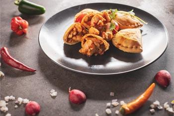 Kip empanada met Samba saus  2